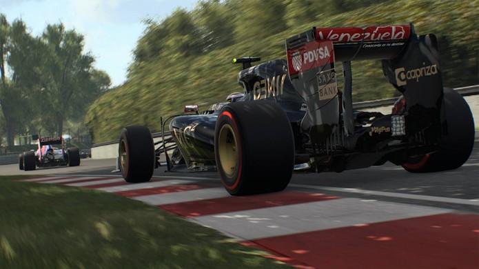 A iluminação de F1 2015 também impressiona, como essa sombra de árvore perfeitamente detalhada sobre o carro e a pista (Foto: Divulgação)