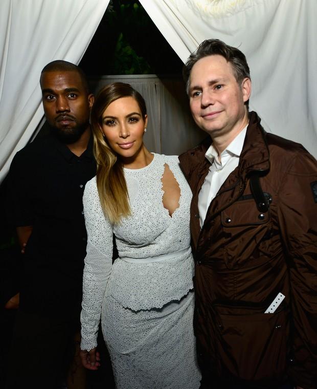 Kanye West, Kim Kardashian e Jason Binn em evento em Miami, nos Estados Unidos (Foto: Eugene Gologursky/ Getty Images )