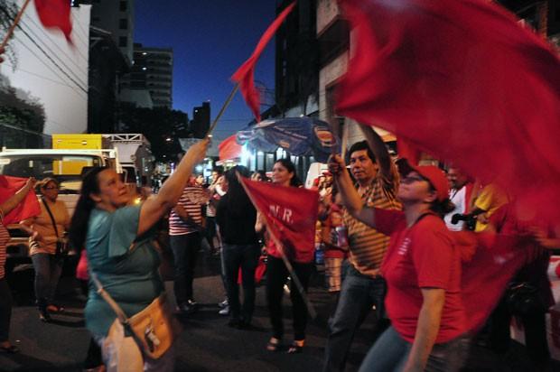 Simpatizantes do Partido Colorado saem nas ruas de Asunción, no Paraguai, para comemorar vitória de Horacio Cartes na boca de urna das eleições presidenciais (Foto: AFP)
