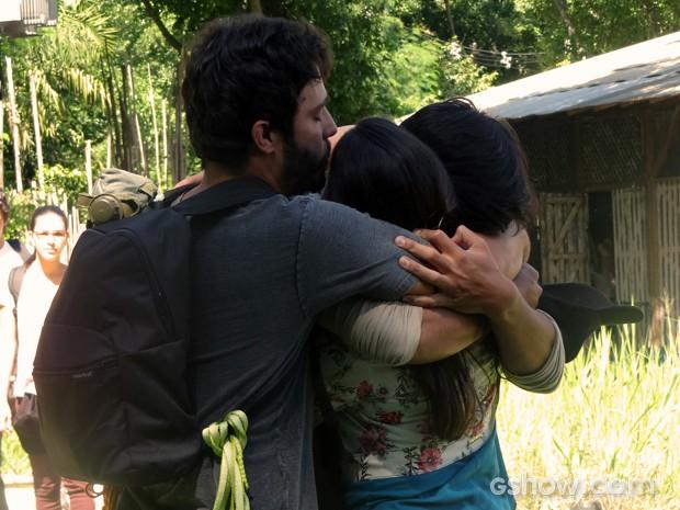 Família unida! Sandra ganha o carinho dos sobrinhos (Foto: Além do Horizonte/TV Globo)