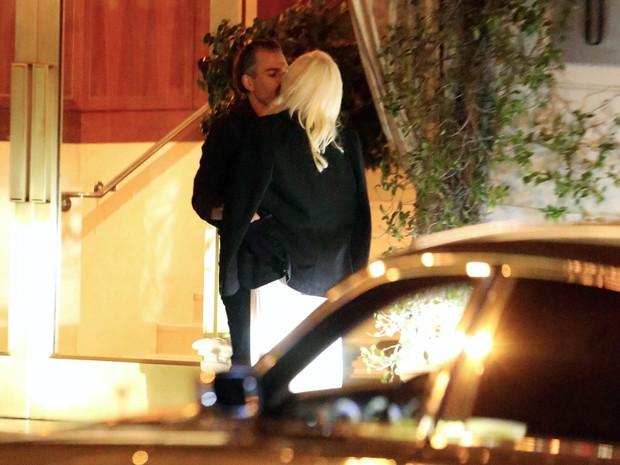 Lady Gaga e Christian Carino se beijam em Los Angeles, nos Estados Unidos (Foto: Grosby Group/ Agência)