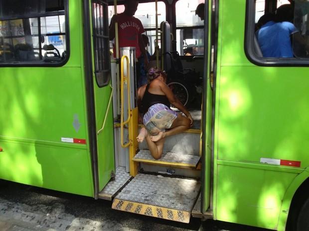 Cadeirante teve que se rastejar pela escada do ônibus (Foto: Jimmy Monteiro)