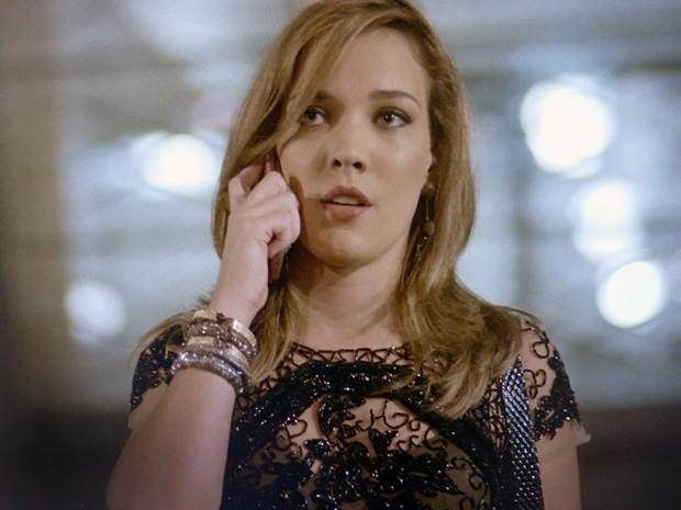 Amanda liga para Cláudio para pedir ajuda (Foto: TV Globo)