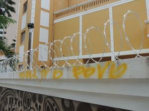 Câmara Municipal colocou arame farpado após protestos da última semana (Foto: Felipe Gibson/G1)