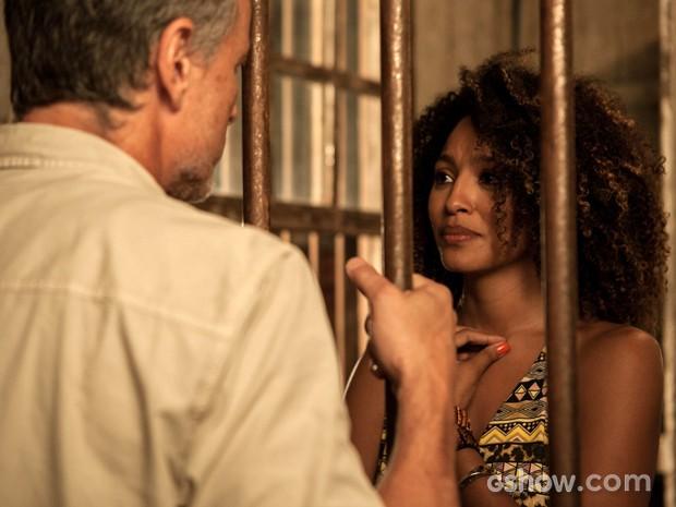 Keila vai até a cadeia e coloca marido contra parede (Foto: Inácio Moraes/TV Globo)