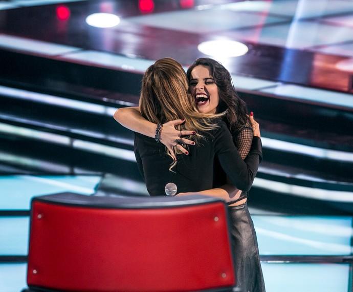 Allice Tirolla abraça sua técnica, Claudia Leitte, após Audição (Foto: Isabella Pinheiro/Gshow)