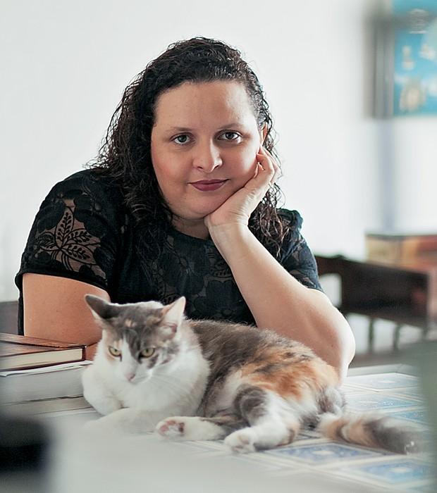 ROTEIRO DE ESCRITOR Socorro Acioli em sua casa. Ela aprendeu com o mestre a planejar as histórias (Foto: Jarbas Oliveira/ÉPOCA)