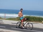 Klebber Toledo mostra tanquinho ao pedalar sem blusa