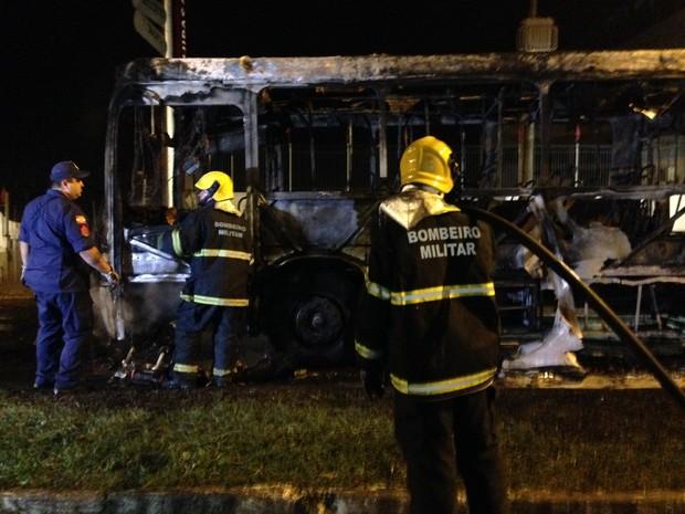 Ônibus ficou destruído, em Florianópolis (Foto: Osvaldo Sagaz/RBS)