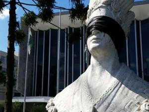 Manifestantes colocaram uma venda preta nos olhos de Nossa Senhora de Salete em frente à Assembleia (Foto: Rogério Zanetti)
