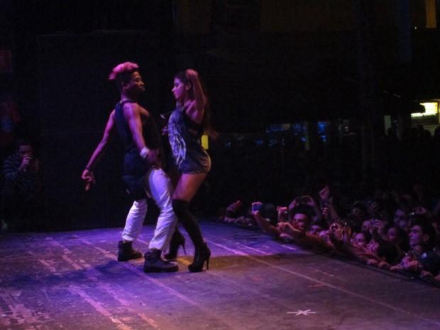Anitta fez apresentação em São Vicente de pouco mais de uma hora (Foto: Silvio Muniz /G1)