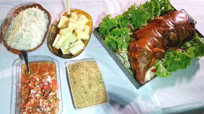 banquete especial, com leitão recheado assado e pururucado, acompanhado com uma deliciosa farofa de castanha do Brasil (Foto: Adriano Soares)