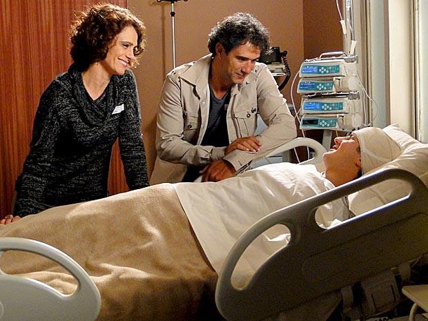 Lygia e Gilson ao lado de Samuel, agora com a saúde em dia (Foto: Cheias de Charme / TV Globo)