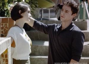 Caio tenta convencer Giane a posar para campanha de sapatos (Foto: Sangue Bom/TV Globo)