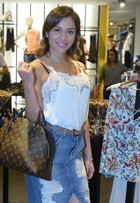 Maria Melilo usa bolsa de R$10 em lançamento de roupas de Felipe Titto