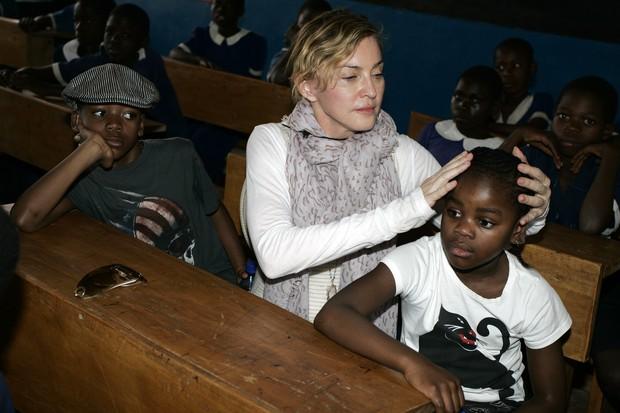 Madonna com os filhos (Foto: AMOS GUMULIRA / AFP)