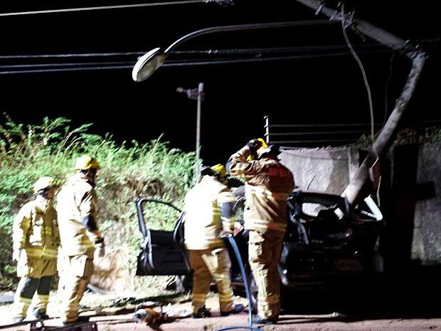 Poste quebrado e muro atingido por carro usado por suspeitos de roubo no DF (Foto: Corpo de Bombeiros DF/Divulgação)