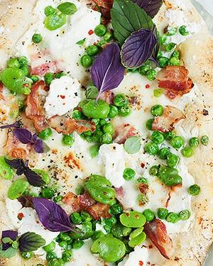 Pizza branca com ervilhas, favas e bacon (Foto: StockFood e Eising Studio - Food Photo e Video)