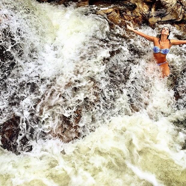Deborah Secco em cachoeira (Foto: Instagram/ Reprodução)