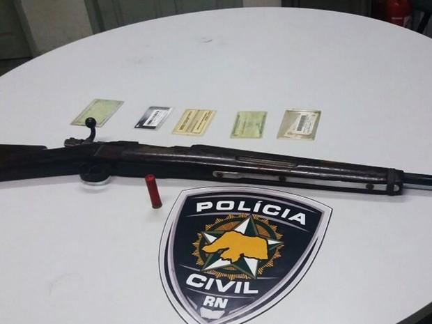 Na casa do acusado, policiais ainda apreenderam uma espingarda (Foto: Polícia Civil/Divulgação)