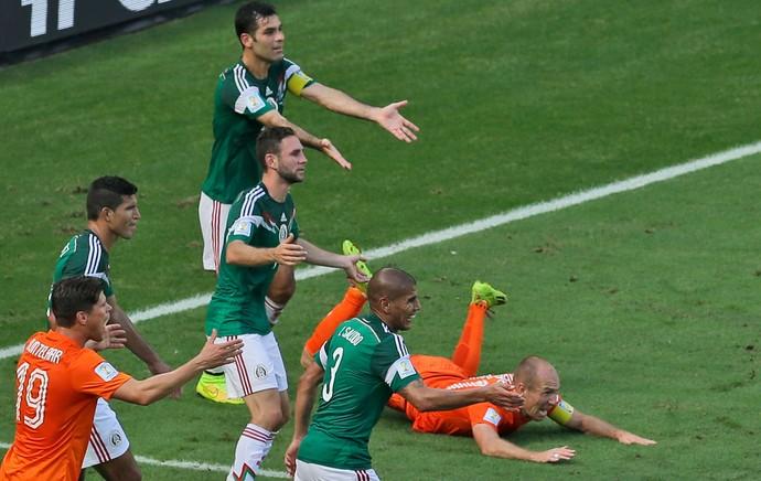 Rafa Marquez México faz pênalti em Robben Holanda Arena Castelão (Foto: Agência AP)