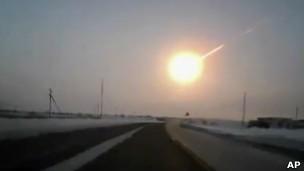 Meteoro que caiu na Rússia em fevereiro surpreendeu cientistas (Foto: AP/BBC)
