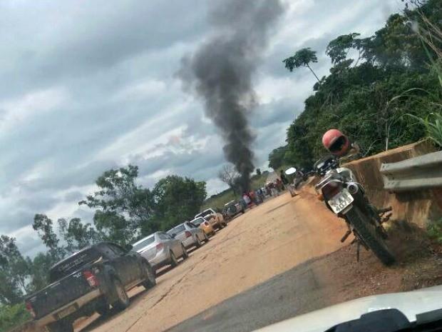 Ponte sobre o Rio Borges foi bloqueada para evitar invasão de outras áreas (Foto: Arquivo pessoal)