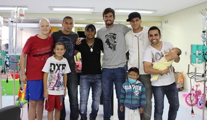 Jogadores do Inter levaram alegria a crianças com câncer (Foto: Anderson Kblo/Divulgação, Inter)