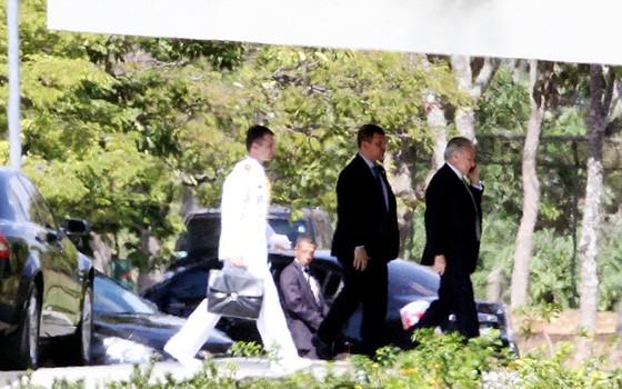 O vice-presidente Michel Temer chegando no Palácio do Jaburu, em Brasília (DF) (Foto:  Raphael Ribeiro/Folhapress)