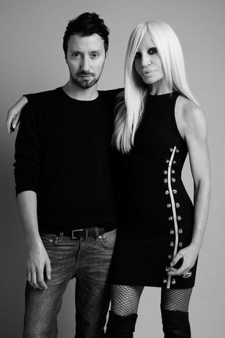 Anthony Vaccarello e Donatella Versace (Foto: Reprodução / Versace)