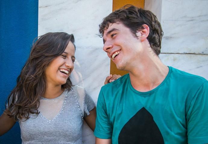 Lara e Vitor se divertem com as histórias de seus personagens em 'Malhação' (Foto: Paulo Belote/Globo)
