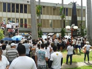 Agentes protestam em frente à Prefeitura de Caruaru. (Foto: Helder Quaresma/ TV Asa Branca)