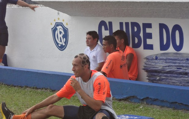 Ratinho (na frente), Jhonnatan e Reis (ao fundo) foram os poupados do treinamento desta quarta-feira.  (Foto: GLOBOESPORTE.COM)