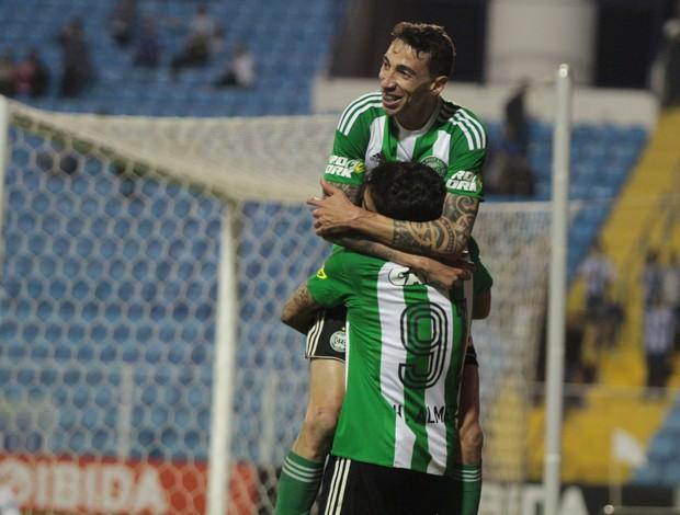 Rildo e Henrique Almeida comemoram gol do Coritiba