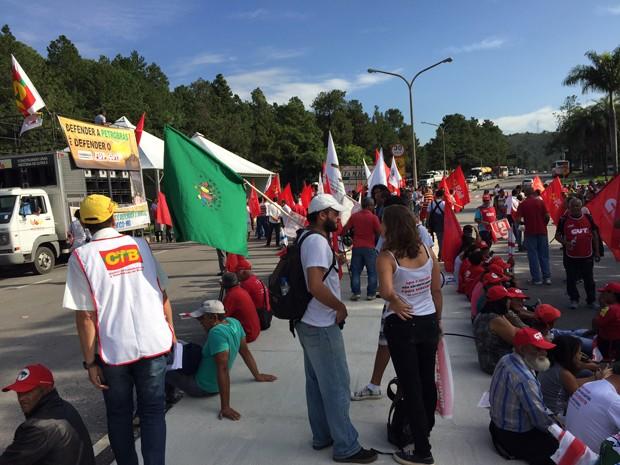 Manifestantes estão em frente à portaria da Refinaria Gabriel Passos (Regap), em Betim, na Grande BH. (Foto: Odilon Amaral / TV globo)