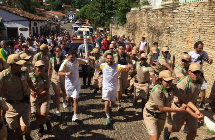 Zezé di Camargo e Luciano levam tocha em Goiás (Foto: Pedro Verísssimo/ GloboEsporte.com)