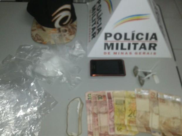 PM apreendeu vários saquinhos utilizados para embalar droga (Foto: Polícia Militar/ Divulgação)