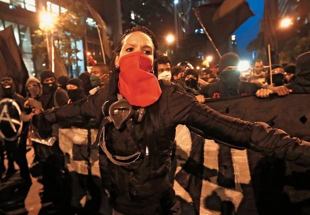 REJEIÇÃO Black Blocs em ação no Rio de Janeiro, no mês passado. Eles são reprovados por 93,4% dos brasileiros (Foto: Silvia Izquierdo/AP)