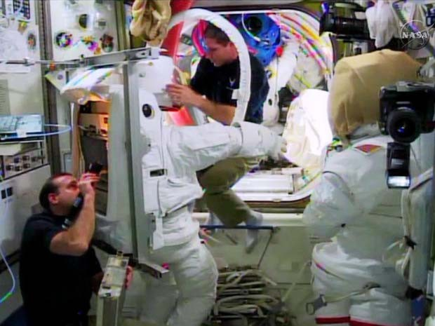 Astronautas na Estação Espacial Internacional verificam traje para caminhada espacial (Foto: NASA TV)