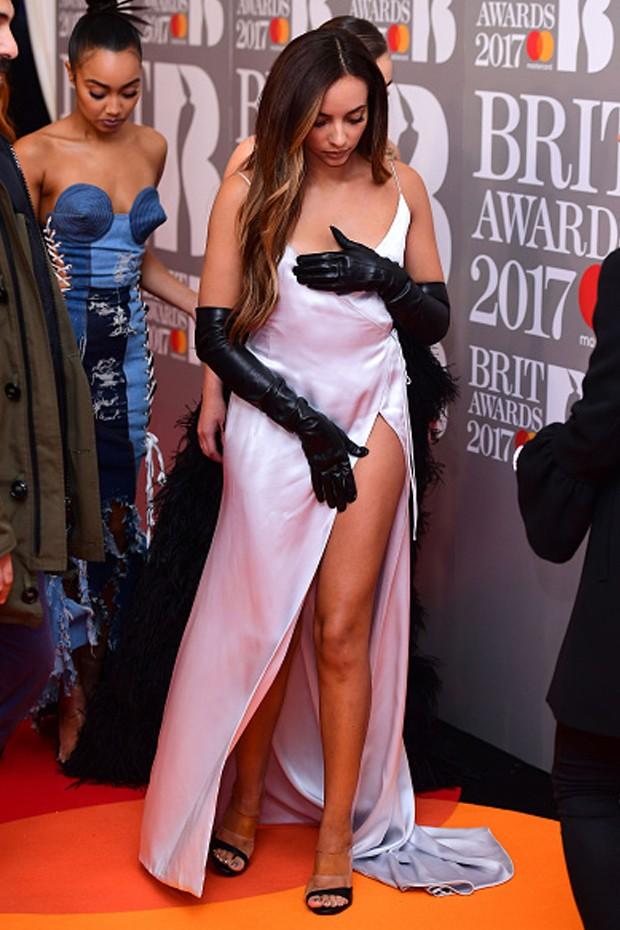 Jade Thirwall segura vestido para não mostrar ainda mais (Foto: Getty Images)