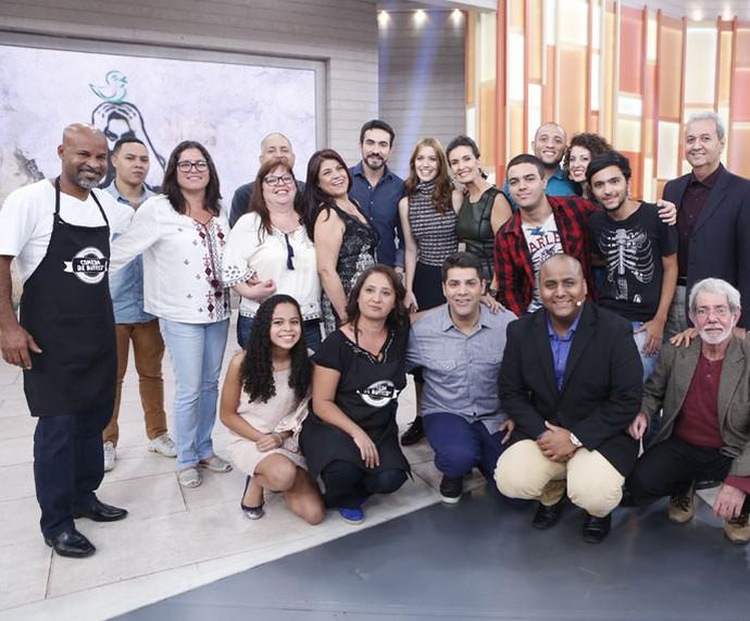 Fátima posa com todos os convidados desta quarta-feira, 6/7 (Foto: TV Globo)