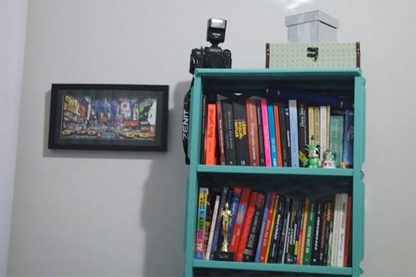 Marcela guarda seus livros preferidos em uma estante  (Foto: Arquivo Pessoal)