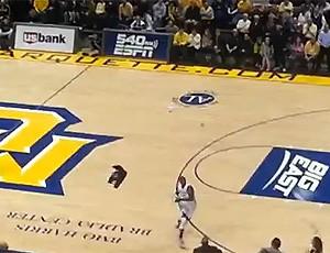FRAME morcego invade jogo de basquete (Foto: Reprodução)