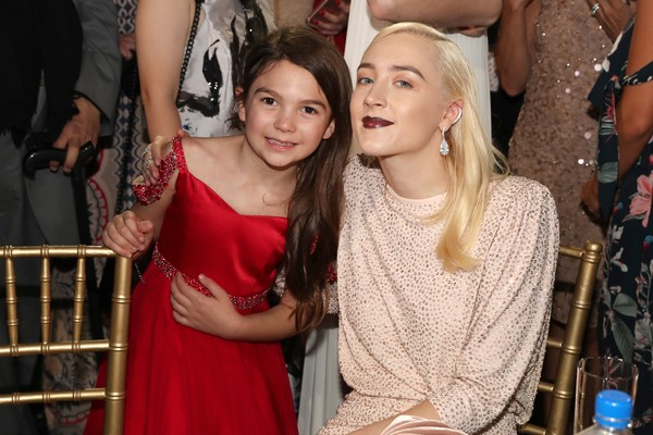 A atriz Brooklynn Prince com a atriz Saoirse Ronan durante o Critics Choice Awards 2018 (Foto: Getty Images)