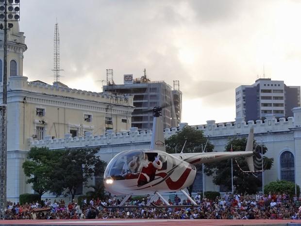 Milhares de pessoas acompanharam a chegada do Papai Noel de helicóptero (Foto: Katherine Coutinho / G1)