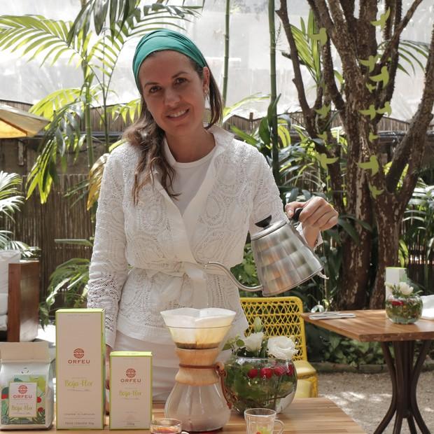 Chef Morena Leite ao lado dos cafés do microlote Beija-Flor (Foto: Divulgação)