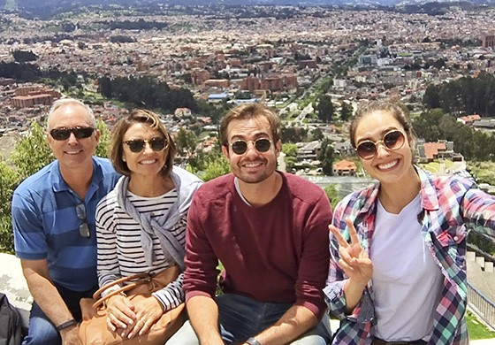 Pierre e Carla Ritcher, pais de Amanda, encontram o casal de viajantes em Cuenca, no Equador (Foto: © Amanda Ritcher)