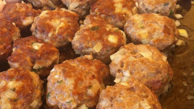 Frikadellen, bolinho de carne alemão, é receita do doa no Jornal do Almoço (Foto: RBS TV/Divulgação)