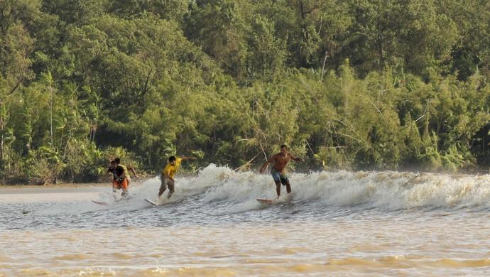 Surfistas encaram a pororoca na localidade do Sucuriju, no Amapá (Foto: Raimundo Paccó/Arquivo Pessoal)