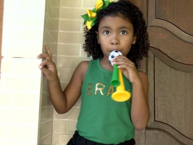 Marina, de cinco anos, encontrou uma maneira inusitada de cantar o hino  (Foto: Reprodução/ TV Gazeta)